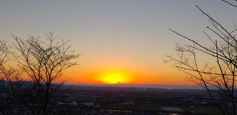 今年最後の夕日 …東光山にて。